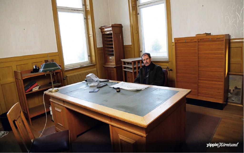 Sven-Åke Vest känner sig hemma bakom sitt gamla skrivbord.