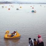 """""""Som fotoassistent fick jag resa runt mycket i världen. Ofta fick jag någon stund över och kunde ta lite egna bilder. Den här bilden är från norra Indien och jag tycker att den visar det färgglada Indien. Den konstgjorda sjön är ju också spektakulär"""""""