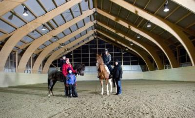 Annelie von Post, dottern Ronja på hästen Ove och sonen Rasmus.  Till höger Julia Grafström på hästen Linus och mamma Anna Grafström.