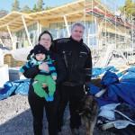 Kicki och Christer Sefbom med Charlie och hunden Klara kan knappt vänta på att allt ska bli klart.