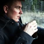En kopp kaffe i bilen på väg hem till Hemsön.