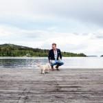 Jörgen på bryggan med Elma och Södra Sundet.