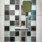 I duschen sitter kristallmosaik från Höganäs.