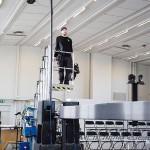 Belysningsmästaren Jimmy Ström förbereder sig inför en föreställning någonstans i Norrland. Foto Bengt Wanselius