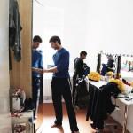 Jonas Örknér och César Gareia i logen. De färgglada mössorna spelar stor roll i den kommande föreställningen.