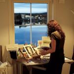 Birgitta har sin målarhörna vid fönstret med utsikt över hela Härnösand.
