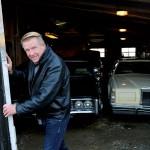 I kallgaraget står Lars-Åke Krantz favoritbilar, en svart Chevrolet och en gul Lincoln.