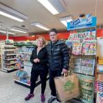 Handlaren Veronica Hägglund med Tommy Hansson, som flyttade till Stigsjö från Stockholm för tolv år sedan.