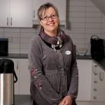 Värdinna Karin Rubys uppgift är att ordna sociala aktiviteter för de boende.