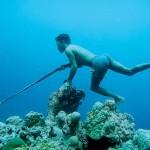 45-årige Laoro dyker ner till 15 meters djup och står på pass med sin harpun i upp till 1,5 minuter. Efter en minuts vila dyker han och får fisk nästan varje dyk. Foto: Erika Schagatay