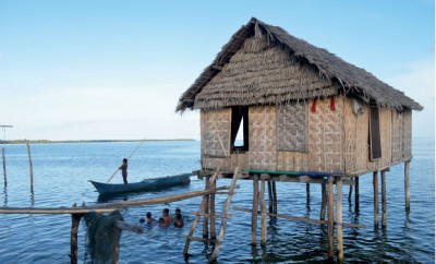 Vattenfolket var tidigare havsnomader och bodde i sina båtar, men har efter påtryckningar från myndigheterna byggt hus och byar, men på pålar i vattnet. Foto: Erika Schagatay