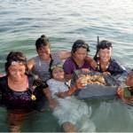 Byns kvinnor dyker på grunt vatten och samlar sjögurkor, snäckor och musslor som man äter. Foto: Erik Abrahamsson