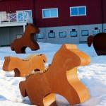 Hästskulpturer utanför arenan av konstnären Johanna Strand.