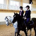 Filippa och Ellen äger egna hästar och  spenderar mycket tid på arenan.