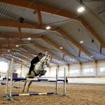 Filippa Borgh hoppar med sin häst.