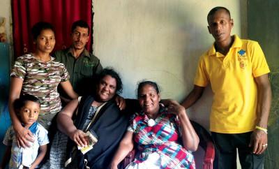 Maria på plats i SriLanka tillsammans med sin släkt. Från vänster i bild syns Marias brorson K Nudam Dulneth Yasiru, svägerskan Chandrika, brodern Saman, Maria själv, mamma Bogoda och morbrodern Wijayapala. (Privat foto)