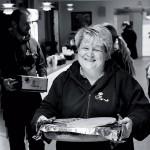 Monica Lundell hjälper till med att ställa i ordning i caféet