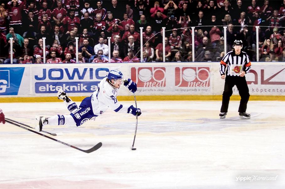 Lasse Näsströms bild på Brock Montpetits avgörande mål mellan Modo och Leksand.