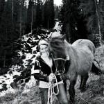 Marie Agerbrink med en av sina 10 hästar.