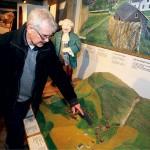 Lars-Ola Norén visar en modell över hur området såg ut förr.