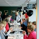 Damdelen av Häårnösands golfklubb samlas på Matbaren för lite uppsnack inför säsongen.