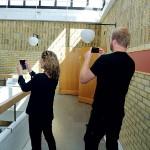 Konstintendenten Maria Oldenmark och konstnären Olof Ahlberg spanar efter bästa placeringen för Olofs stora målning.