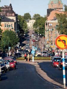 Många stod längs Nybrogatan under årets cruising vid Nostalgidagarna.