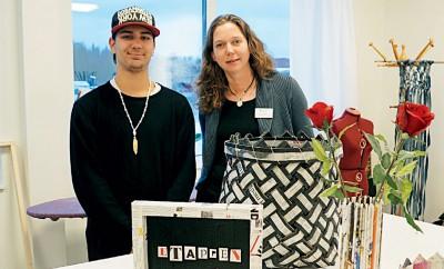 Cristian Carmona och arbetsmarknadskonsulenten Malin Åberg skapar hantverk av gamla Yippietidningar.