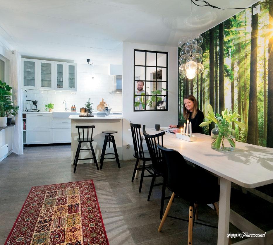 Lotta och Mattias i sitt nya, mysiga kök i radhuset i Gånsvik. Lampan som ser ut som såpbubblor heter DIY Pendel och kommer från House Doctor.