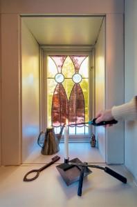 Nyckeln är original från tiden när timmer-stommen var ett sädesmagasin i Bötsle. Det fina fönstret fyndades i Kramfors.