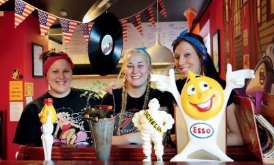 Elin, Linn och Tina, tre systrar på Tinas Diner.