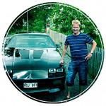 Hans med sin Chevrolet Camaro.
