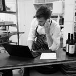 Jonatan sköter även det administrativa  arbetet i köket på Logen.