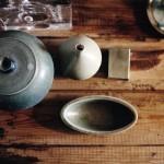 Keramik från Museum of Modern Art blandat med svenskt 50-tal.