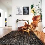 I hallen mot sovrummen och Jörgens arbetsrum har han skapat en läshörna. Fåtöljen kommer från Dux och tillhör Jörgens ex. En vedkorg används som tidningsställ.