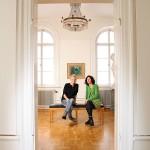 """Kultursamordnaren Tina Svingstedt och Konsthallens intendent Maria Oldenmark. I bakgrunden tavlan """"Ferme en Normandie"""" av Raoul Dufy."""