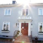 I huset på Södra vägen bedriver Isedora Skogsström Timander och Carina Skogström Sjögårdens B&B. Dessutom har de en liten vintagebutik i huset (lilla bilden nedan)    .