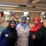 Yasmin Ahmed Bulli gör praktik på Erikshjälpen och får ofta besök av kusinen Farhiya Abdi Mohamed (till höger) och Latnan Mohamed Musse (i mitten).
