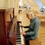 Ulla Karlsson Manhem har bidragit med ett piano till gemenskapslokalen.