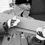 Jens Lundmark hjälper en kund med några träplankor