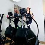 Semsa Dzubuk och Jennifer Jonsson tränar på. Bakom dem syns orgelpiporna.