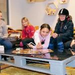 Ridinstruktören Sara Holmberg, Elin Åberg, 8, Vanesa Flodin, 11, Aprilia Ivarsson, 12, och Line Wilhelmsson, 11, spelar sällskapsspel i samlingsrummet.