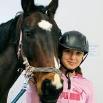 Vanesa Flodin tillsammans med hästen Mojje.