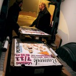 Affischeringen är en viktig del i ett dansarrangemang. Lejonssons köper in 70 000 häftklammers åt gången.