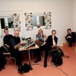 Bandmedlemmarna i Blender hänger i logen och gör tummen upp för Ramvik