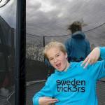 Max visar upp Swedentrick3rs-teamets logga.