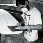 Jimmy Yoshio Shibata har byggt surfingbrädor professionellt i Japan i tio år. Nu bygger han dem  i Härnösand.