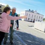 Agneta Nyholm Winqvist och Lars Högberg diskuterar var den så kallade Kistan, en arrest- och tortyrkammare i källaren till dåvarande Rådhuset, kan ha legat.