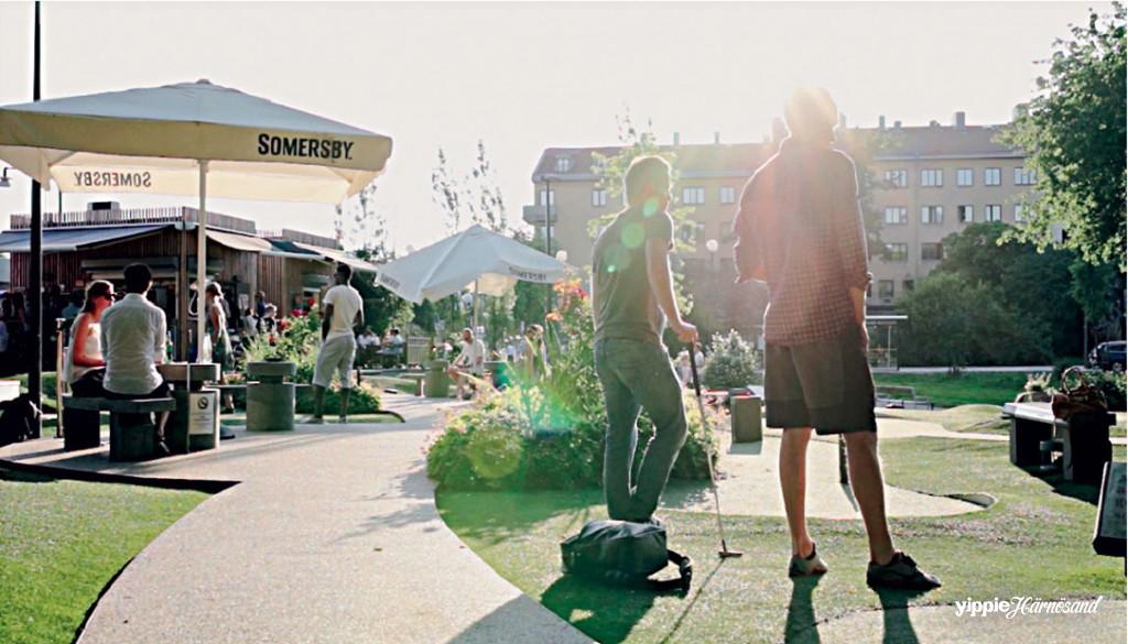 Så här skönt ser det ut på Golfbaren Kristineberg med en MOS bana – Minigolf OPEN Standard. Ett öppet landskap med fritt utformade banor direkt på konstgräs och trevlig servering bredvid. Foto Golfbaren.se