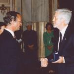 Stig Wallin tar emot en medalj av kung Carl XVI Gustaf.